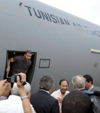Tunisian diplomatic staff who were kidnapped in Libya a week ago, arrive at the airport in Tunis